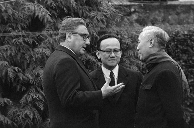 Henry Kissinger Talking with Le Duc Tho